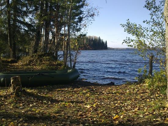 Мы плавали на лодке на Сиверском озере осенью