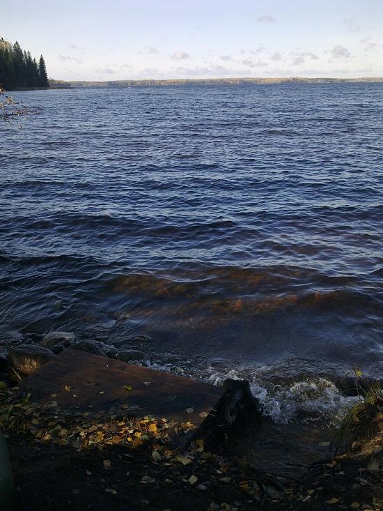 Осенняя погода, на озере небольшая волна