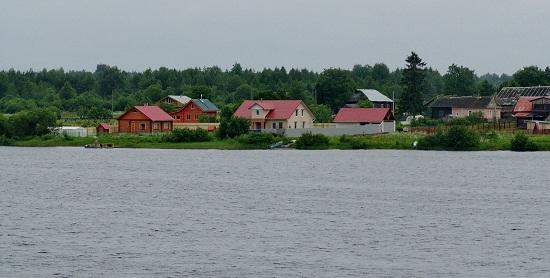 Вид на противоположный берег озера Никольское из деревни Устье-Ситское