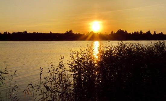 Закат на Никольском озере на территории парка Русский Север