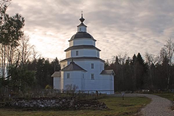 Деревянная церковь Ильи Пророка на берегу Ильинского озера 1755 года постройки.