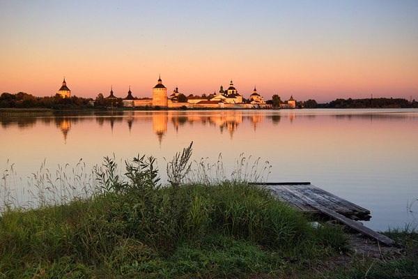 На противоположном берегу - Кирилло-Белозерский монастырь