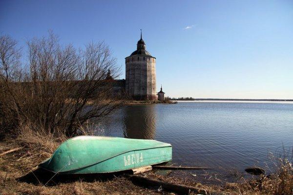 Рыбацкая лодка на берегу озера