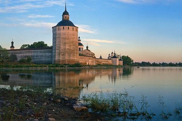Крепостные стены монастыря граничат с береговой линией