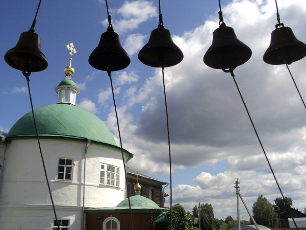 Вид со звонницы на Покровскую церковь и монастырские кельиФото: В. Матвеева