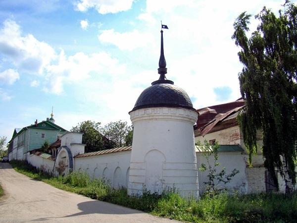 Ограда с крепостными башенками