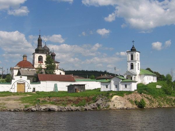 Справа - Введенская церковьФото: И. Ионова