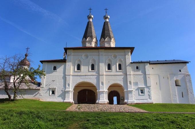 Святые ворота с шатровой надвратной Церковью Богоявления Господня и Ферапонта